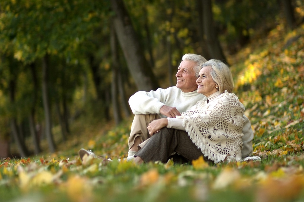 senior-couple-in-the-forest